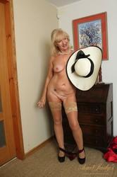 Louise-UK-Auntie-Makes-her-Debut-183x-a7aiv1juit.jpg