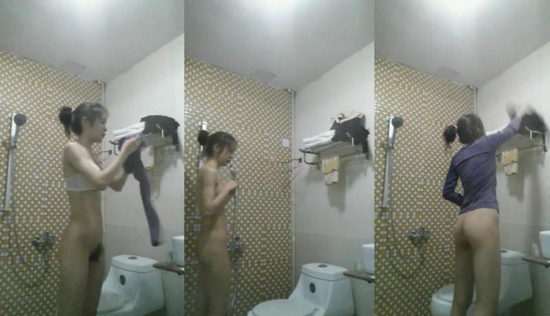 高三侄女高考前夕借住我家偷拍她洗澡,两个小馒头盈盈一握好可爱