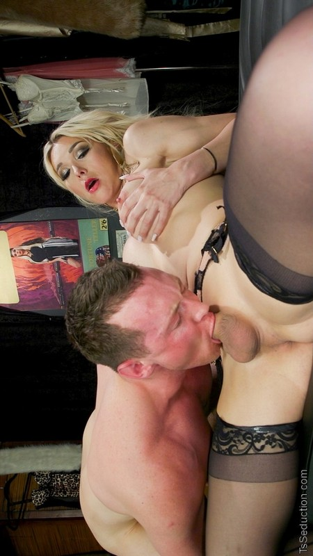 Dick Deep Diva: Aubrey Kate takes advantage of Pierce Paris (23 July 2019)