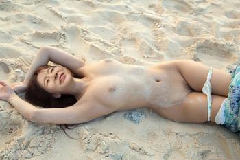 Naked Sunny on the beach - Nude Girls' Generation photos